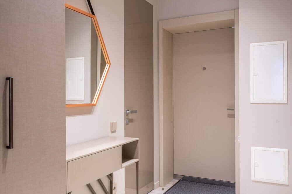 Бяла входна врата и антре с огледало