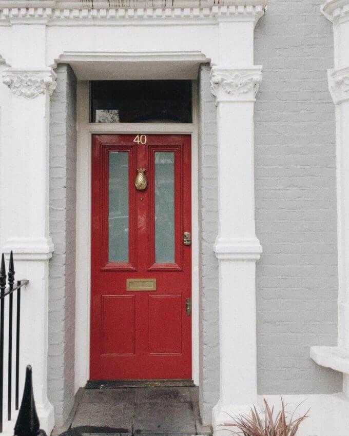 Входна врата в червен цвят